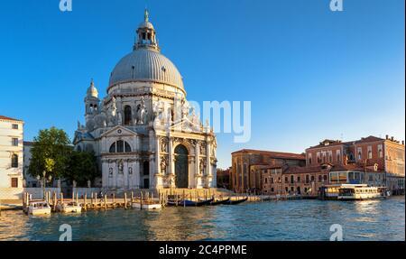 Grand Canal au coucher du soleil, Venise, Italie. C'est un monument célèbre de Venise. Vue sur la basilique Santa Maria della Salute. Panorama de Venise en s