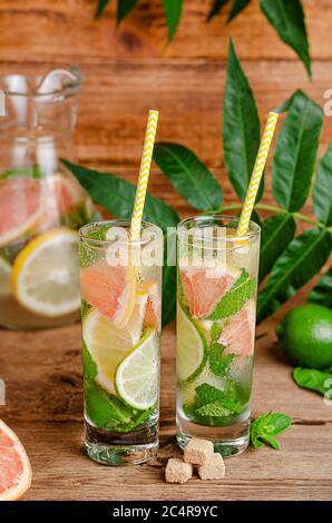 Mojito cocktail avec citron vert, citron, pamplemousse, menthe et sucre de canne. Boisson rafraîchissante alcoolisée.