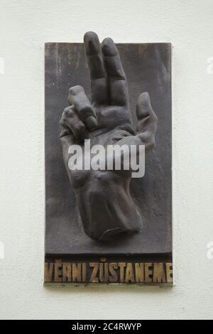 Plaque commémorative consacrée aux morts lors de l'insurrection de Prague en mai 1945 placée sur le mur d'un mur de maison dans la rue Na Švihance dans le quartier de Vinohrady à Prague, République tchèque. L'emblématique main bénie avec l'inscription tchèque 'Věrni zůstaneme' (nous resterons fidèles) a été conçue par le sculpteur moderniste tchèque Karel Pokorny (1945).