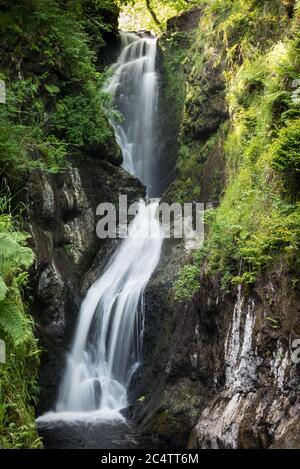 Une des chutes d'eau du parc forestier de Glenariff en Irlande du Nord Banque D'Images