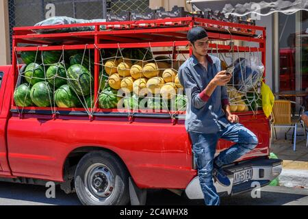 Vente de melons d'un pick-up au marché du dimanche dans la petite ville de Kopanaki, au nord-ouest de Messinia, Péloponnèse, Grèce. Banque D'Images