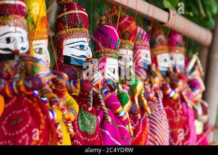 Accent sélectif sur les marionnettes colorées des rois et des reines au Rajasthan, en Inde Banque D'Images