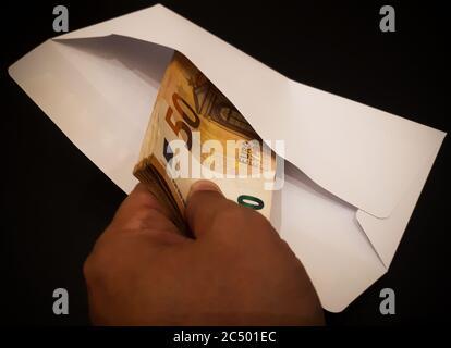 Mettre à la main des billets de banque en paquet blanc: Divers concepts Banque D'Images