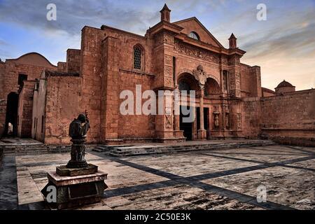 Extérieur de l'entrée principale de la cathédrale de Santa Maria la Menor. C'est la plus ancienne cathédrale des Amériques. Saint-Domingue, République dominicaine