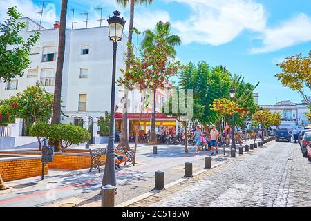 SANLUCAR, ESPAGNE - 22 SEPTEMBRE 2019 : les cafés extérieurs et les arbres luxuriants de la place Plaza de la Paz dans la vieille ville, le 22 septembre à Sanlucar Banque D'Images