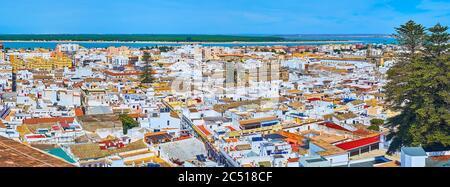 La vue panoramique sur les toits de Sanlucar avec les quartiers historiques de la ville et le fleuve Guadalquivir sur le loin, Espagne Banque D'Images