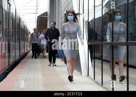 Moscou, Russie. 30 juin 2020. Les gens marchent sur la plate-forme de la gare de Setun de Moscou Central Diameter ligne 1 (MCD-1) ouvert après la reconstruction. La gare est dotée d'un hall et de tunnels assurant l'accès des passagers à d'autres moyens de transport en commun. Crédit: Gavriil Grigorov/TASS/Alay Live News