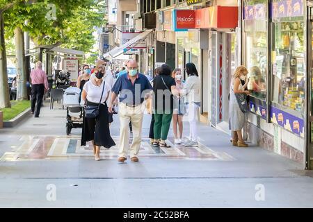 Jaen, Espagne - 18 juin 2020 : personnes portant un masque facial de protection ou médical pendant l'état d'alarme et la quarantaine en Espagne.