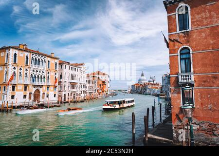 Grand Canal. Basilique Santa Maria della Salute en arrière-plan, Venise, Italie.