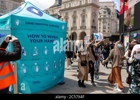 Station de lavage des mains à côté d'une matière de vie noire mars, Londres, 27 juin 2020
