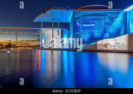 Vue sur la Spree à Berlin et l'édifice Paul-Loebe illuminé dans le quartier du gouvernement au crépuscule Banque D'Images