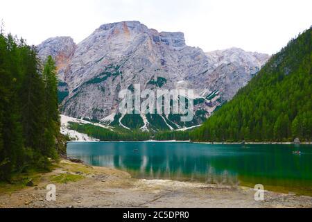 Lac Lago di Braies dans les Dolomiti Mountains, Italie Banque D'Images