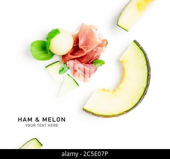 Jambon prosciutto avec melon mise en page créative isolée sur fond blanc. Viande fine et saine alimentation, concept alimentaire. Composition et élément de conception. À Banque D'Images