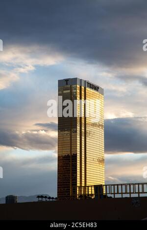 Las Vegas - 17 avril : l'hôtel Trump de Las Vegas, au crépuscule. Cet hôtel-condominium de 64 étages possède des fenêtres extérieures recouvertes d'or 24 carats. Le 17 20 avril