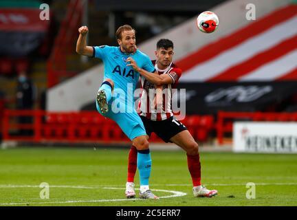 Harry Kane (à gauche) de Tottenham Hotspur et John Egan de Sheffield United se battent pour le ballon lors du match de la Premier League à Bramal Lane, Sheffield. Banque D'Images