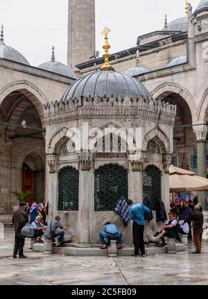 Les hommes se lavant à la fontaine de nettoyage, se lavant devant la mosquée, Yeni Cami, Fatih, Istanbul, Turquie Banque D'Images