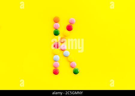Lettre K - alphabet avec bonbons sur jaune d'en haut Banque D'Images