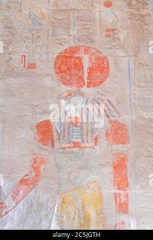 Bas relief sculpture du Dieu solaire Ra, temple Hatshepsut de Deir Al Bahari, Louxor, Égypte Banque D'Images