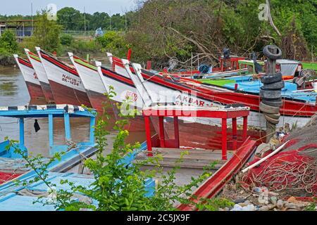 Des bateaux de pêche traditionnels en bois colorés amarrés le long de la côte de Guyane, en Amérique du Sud
