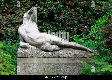 Die Statue Verzweiflung im Stadtpark von Görlitz von dem Bildhauer Richard Engelmann, Die Skulptur befand sich einst in den Anlagen des Schloss des