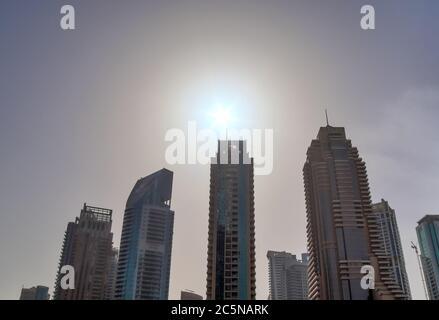Gratte-ciels modernes de luxe dans le centre de la ville de Dubaï, Émirats arabes Unis