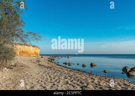 Les falaises de craie près de Klein Zicker sur l'île de la mer baltique Ruegen et un bateau à voile par une belle journée d'été