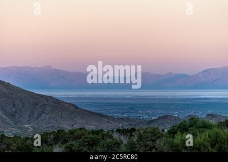 La Luz, Nouveau-Mexique vue sur les montagnes Organ et le monument national White Sands Dunes au crépuscule, angle élevé au-dessus de la perspective avec horizon