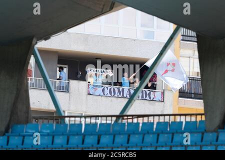 Vigo, Espagne. 4 juillet 2020. Vue générale football/Soccer : les fans de Celta applaudissent de leurs balcons car le jeu est joué sans spectateurs à cause du coronavirus pendant le match espagnol 'la Liga Santander' entre RC Celta de Vigo 1-1 Real Betis Balompie à l'Estadio Apanca Balaidos à Vigo, Espagne . Crédit: Mutsu Kawamori/AFLO/Alay Live News Banque D'Images