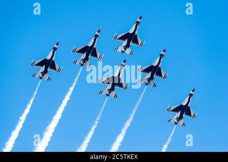 Boston, Massachusetts. 4 juillet 2020. USAF Thunderbirds volant à la DSD Salute à l'Amérique 2020 survol.