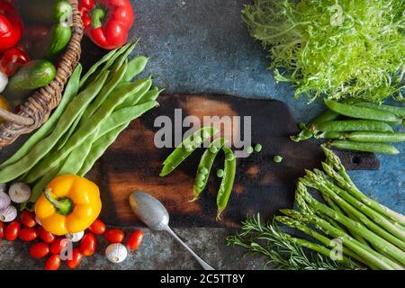 Divers légumes colorés sur la table avec une planche à découper Banque D'Images