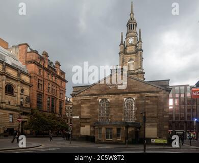Des piétons marchent devant l'église paroissiale St George's Tron du début du XIXe siècle, à Nelson Mandela place, dans le centre de Glasgow, en Écosse.