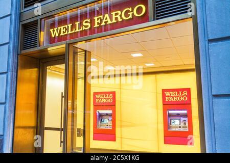 New York, New York City, NYC, Lower, Manhattan, Financial District, FiDi, Broadway, Wells Fargo Bank, banque, entrée dans le hall, distributeurs automatiques de billets, automatique Banque D'Images