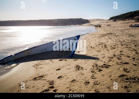 Patera, bateau en ruines dans la plage de Bolonia dans la province de Cadix Andalousie Espagne.