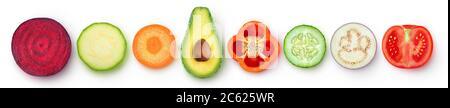 Morceaux de légumes isolés. Tranches de légumes crus de différentes couleurs et formes (betterave, courgettes, carottes, avocat, poivron, concombre, aubergine, t Banque D'Images