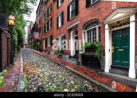 Acorn Street,Boston, ma,USA.Beacon Hill est un quartier historique haut de gamme à Boston, Massachusetts. Fenêtres sur la rue Acorn pavée