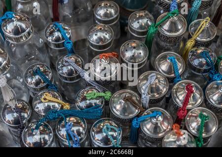Petites bouteilles en verre pour épices, savons et liquides dans un souk à Marrakech, Maroc Banque D'Images