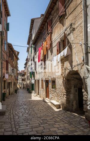 Rue étroite dans la vieille ville de Rovinj, Istrie, Croatie