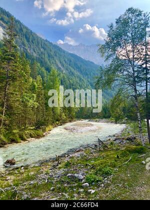 Montée de la rivière Isar dans la vallée de l'Hinterautal près de Scharnitz, Tyrol Banque D'Images