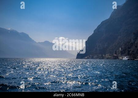 Vue de Riva del Garda à lac Garda, Lac de Garde, le Trentin, Italie, Europe Banque D'Images