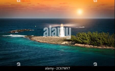 Phare au coucher du soleil à Nassau, aux Bahamas.
