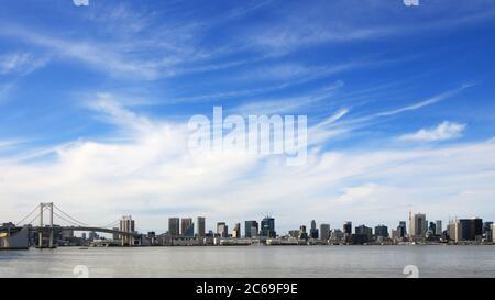 Vue panoramique sur la baie de Tokyo, surplombant le pont Rainbow et la tour de Tokyo