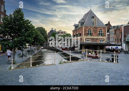 Europe pays-Bas Leeuwarden, pays-Bas Leeuwarden Centre en juin 2020, Panorama du bâtiment de la maison de pesage à Leeuwarden, pays-Bas Banque D'Images