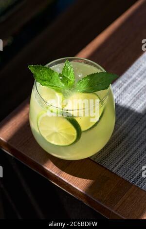 Limonade ou mojito cocktail au citron et à la menthe, boisson rafraîchissante ou une boisson froide avec de la glace
