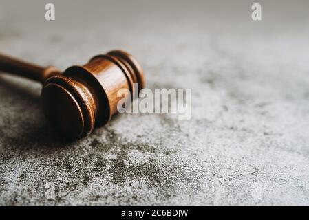 Juge en bois, Gavel sur fond de pierre grise, concept de loi de bannière