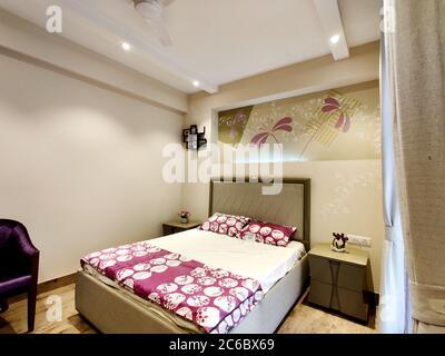 vue grand angle d'une chambre moderne bien conçue avec un excellent éclairage Banque D'Images