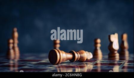 Pièces d'échecs sur un plateau d'échecs avec roi et pions.