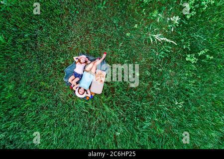 deux petites filles couchée sur une herbe verte, vue aérienne du dessus Banque D'Images