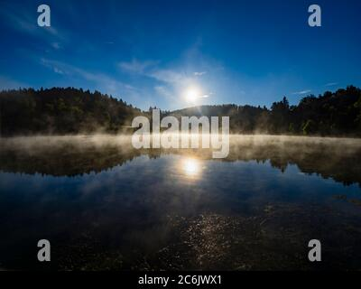Lac Mrzla vodica en Croatie Europe saison de printemps matin vapeur vive s'élevant de la surface de l'eau