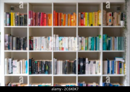 Image d'arrière-plan floue d'une bibliothèque/étagère en bois blanc remplie de livres Dans un décor intérieur moderne Royaume-Uni