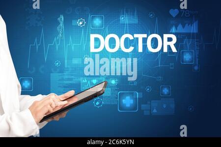 Jeune médecin écrivant des notes avec inscription DE MÉDECIN, concept de santé Banque D'Images